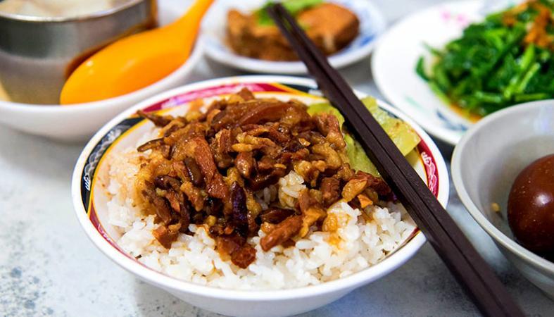 Cơm thịt kho tàu rưới nước sốt linh hồn ẩm thực Đài Loan
