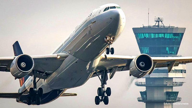 Tiếp viên hàng không để ý điều gì đầu tiên khi hành khách lên máy bay ?